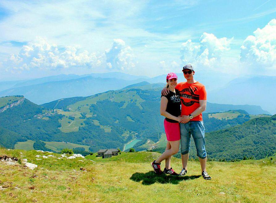 Kristiina ja Jarkko Kukkonen viettivät lapsivapaata lomaa ja 5-vuotishääpäiväänsä Pohjois-Italian Gardajärvellä, joka sijaitsee aivan Alppien juurella.