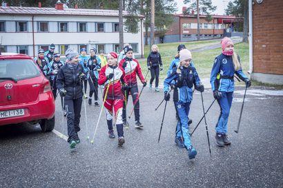 """Nuoret saavat ensilumenleirillä uusia kavereita ja monipuolista liikuntaa: """"Kyllä täällä hiki taitaa tulla"""""""