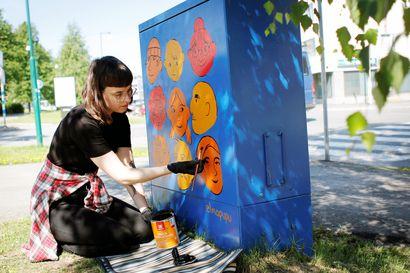 Kirjankuvittajan urasta haaveileva kuvataideopiskelija piristi Tornion katukuvaa väreillään –Sähkökaapit saivat pintaansa taidetta yhteisöllisyydestä ja koiran ulkoiluttajista