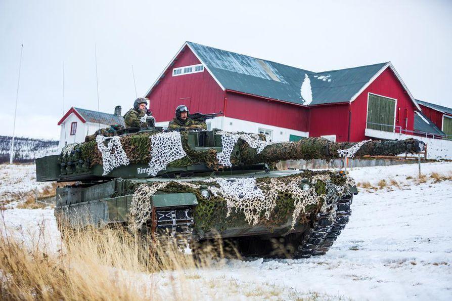 Naton laajaan Trident Juncture-sotaharjoitukseen osallistunut Leopard-taistelupanssarivaunu liikkeellä Engerdalenissa Norjassa.