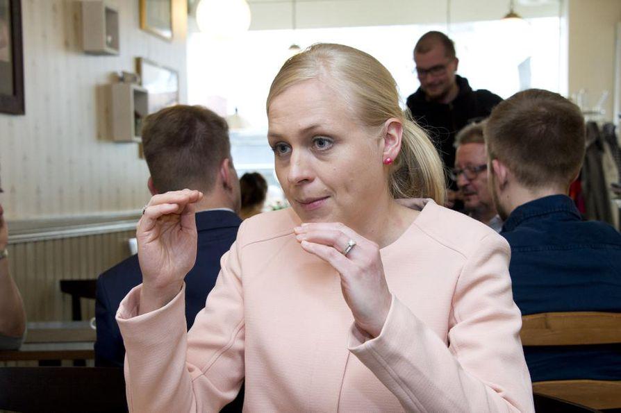 Kokoomuksen kansanedustaja Elina Lepomäki on edelleen varsin kriittinen sote-pakettia kohtaan. Valtiovarainvaliokunnassa hän kuitenkin äänesti hallituskumppaneiden rintamassa.