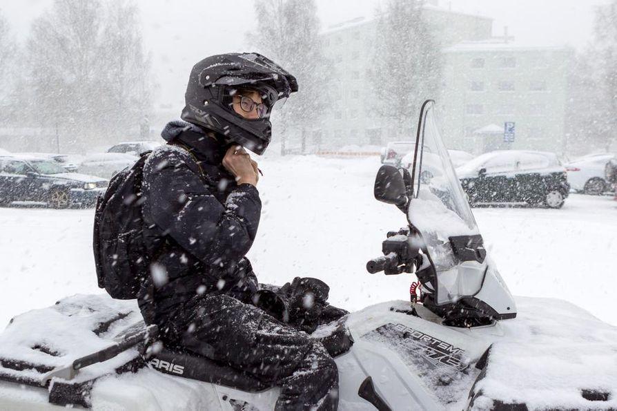 Joni Juneksen mielestä mönkijä tuntuu mopoa turvallisemmalta ajopeliltä etenkin Kemin talvikeleissä.