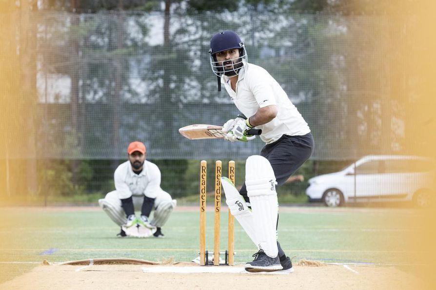 Vinay Shekar (takana) ja Dhirendra Singh ovat osa Oulu Cricket Clubin kansainvälistä kokoonpanoa.
