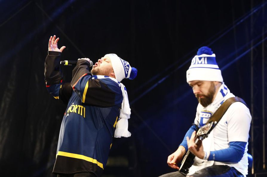 """Duo Töyssy & Tervaniemi esitti ylistyslaulun Rivelution, joka tarkoittaa Markku """"Rive"""" Kanervan tuomaa kehitystä ja vallankumousta."""
