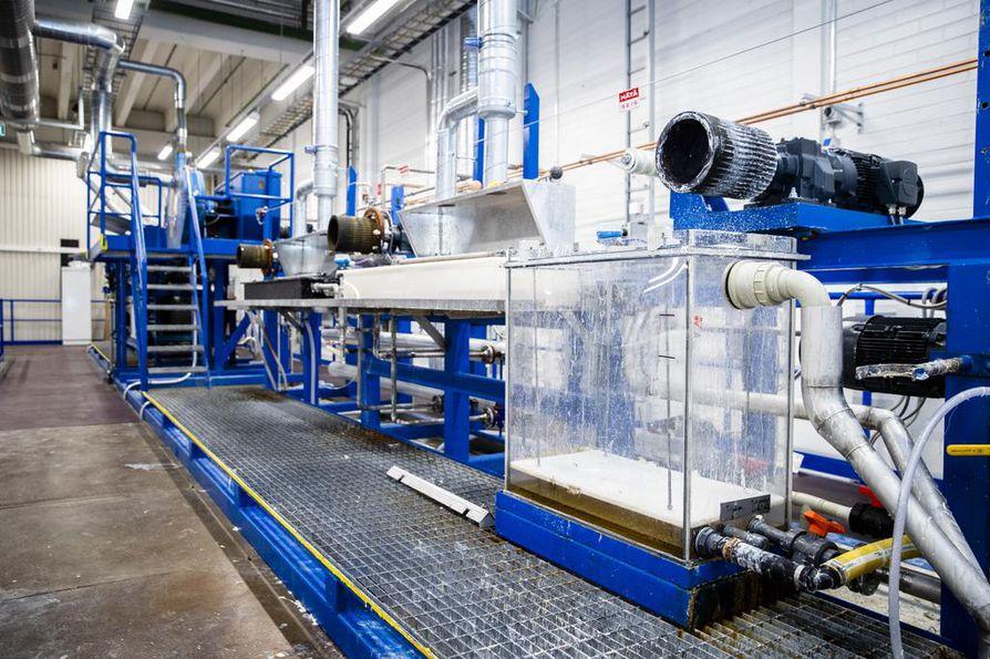Yrityksen pilottitehtaassa tekstiilijäte käsitellään ensin selluloosaksi. Sen jälkeen se muutetaan liuokseksi ja lopulta siitä tuotetaan uutta tekstiilikuitua.