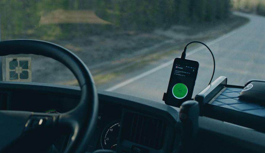 Porokello-sovellus varoittaa autoilijoita tiellä liikkuvista poroista.