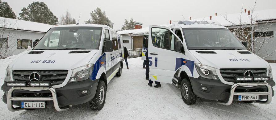 Oulun pääpoliisiasemalla Hiukkavaarassa esiteltiin maanantaina sekä uusi vaaka-auto (vas.) että uusi johtoauto.