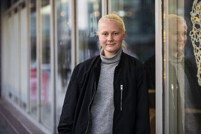 """Oululainen Anni Miettunen voitti Åland Unitedissa tuplamestaruuden ja saa pelata jalkapalloa ammatikseen: """"Pari kertaa kuukaudessa pystyy ostamaan lohtakin kaupasta"""""""