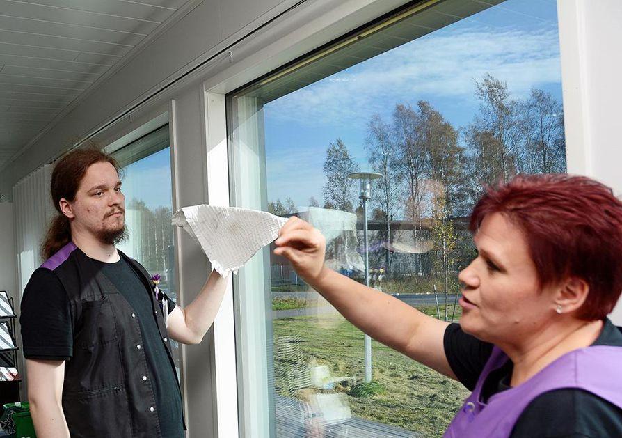 Marko Latvala ja Tupla-Luuta Oy:n siivoustyönohjaaja Marjaliisa Friman tekevät puhdasta jälkeä.