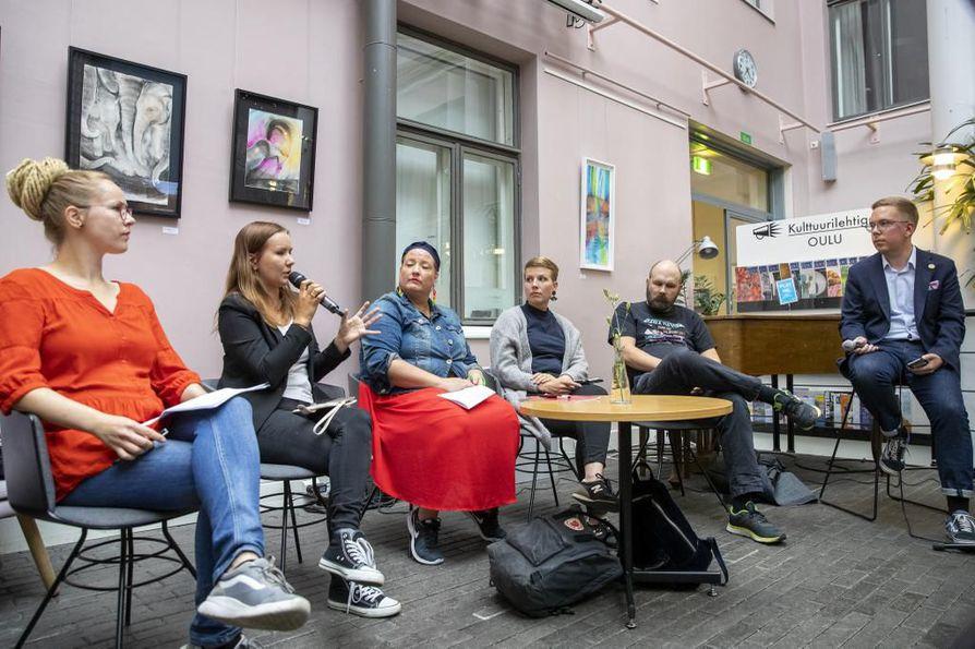 Hanna Sarkkinen (vas.), Elina  Lappalainen (kesk.), Tanja Tiainen (sd.), Jenni Pitko (vihr.) ja Jari Laru (kok.) keskustelivat yhdenvertaisuuden toteutumisesta.  Paneelin juonsi Janne Hakkarainen.