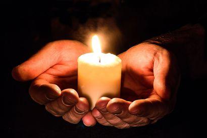 Kunnioittaen ja muistellen kirkonmäellä – pyhäinpäivän iltana oli mahdollisuus osallistua ainutlaatuiseen tilaisuuteen
