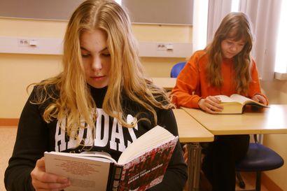 Pääkirjoitus: Miten lukutaidottoman nuoren saisi kiinnostumaan lukemisesta?