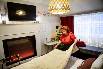 Seitsemän kielen taitaja siivoaa nyt hotellihuoneita – Korona muutti matkailukonkari Helena Niirasen työnkuvaa