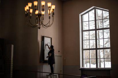 Pääsiäisen sanoma on perinteinen, vaikka tänä vuonna papit saarnaavat tyhjille kirkkosaleille - kävimme katsomassa, miten se käytännössä tapahtuu