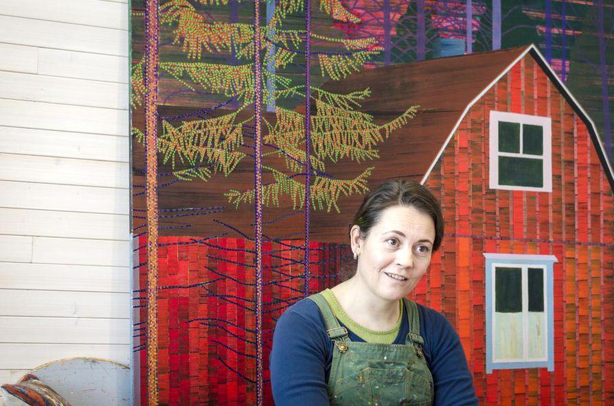 Taiteilija Elina Försti maalaa hyvin harvoin muita rakennuksia kuin latoja. Punainen talo Pohjanmaalta on poikkeustapaus.