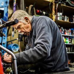 Pienestä hallista löytyy öljyn mustaama mies, jota moottorikelkat ovat vieneet kohta 60 vuotta