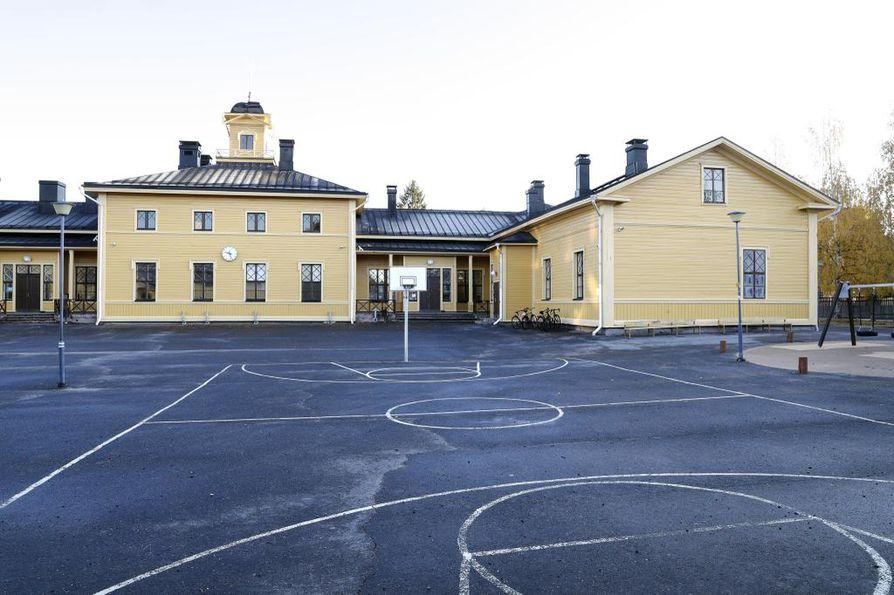 Senaatin kirkollisasiaintoimikunta kehotti keväällä 1871 kaupunkeja perustamaan kansakouluja. Oulussa ensimmäinen varsinaisesti koulukäyttöön tehty rakennus oli Heinätorin koulu, joka valmistui 1876.