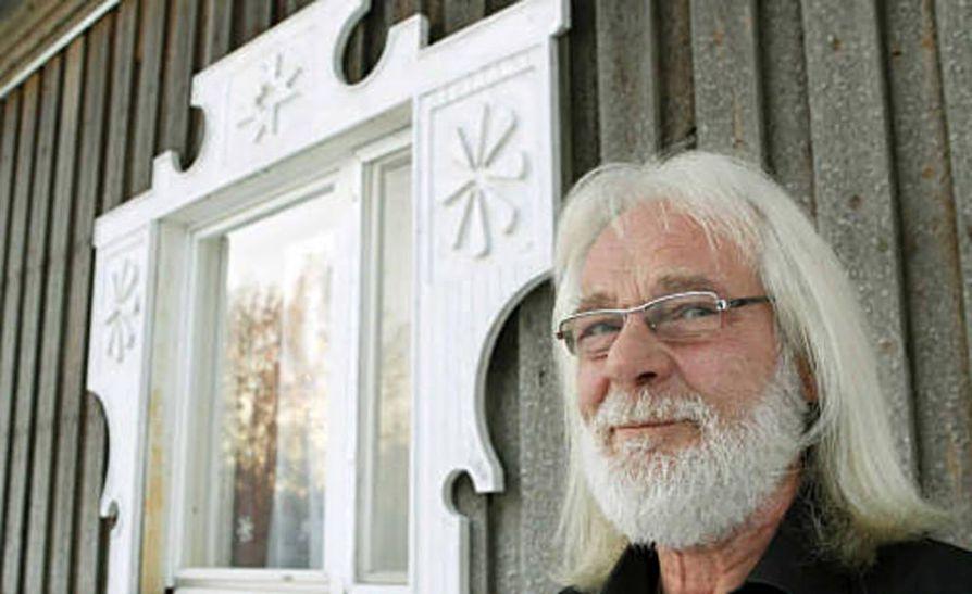 """""""Olisipa mahtavaa, jos lapsenlapsemme voisi opiskella Muhoksen ala-asteella karjalan kieltä, yhtä Suomen vähemmistökielistä"""", Tapani Menschakoff sanoo. Karjalaistyylisessä  talossa asuu kolme sukupolvea."""