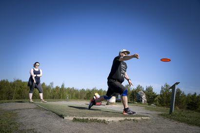 Frisbeegolfin kasvu on jatkunut vahvana koronarajoituksista huolimatta – Puistossa heittäjän pitää huomioida myös muut kulkijat