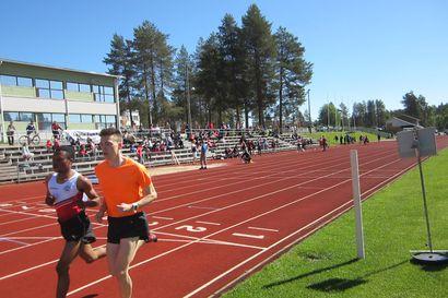 Kuusamon Erä-Veikkojen kaksikko onnistui Kempeleessä: Chapangwa Lubambo juoksi piirinmestariksi 5000 metrillä – Marianne Myllylä lähes ennätysvauhdissa nelosella ja kasilla