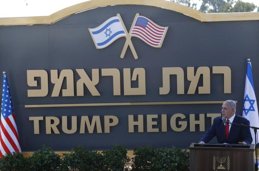 Israelin pääministeri Benjamin Netanjahu paljasti nimilaatan Beruchimissa Golanin kukkuloilla. Netanjahun hallitus hyväksyi sunnuntain uuden siirtokunnan, jonka nimeksi tulee Trump Heights eli Trumpin kukkulat.