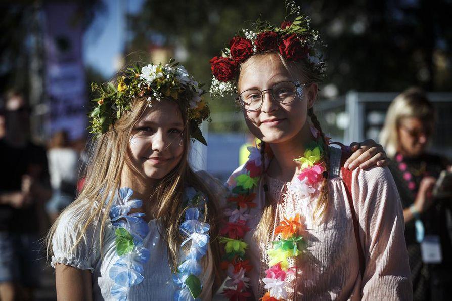 Julia Heikkinen ja Jenna Poropudas hankkivat festarityylinsä paikan päältä.
