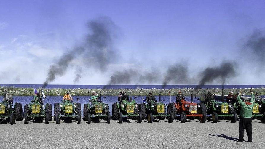 Raahen seudun zetoristit juhlistivat kymmenvuotista taivaltaan Hailuodossa 14 Zetorin voimin.