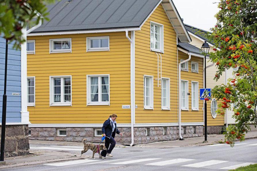 Saaristokadun ja Rantakadun kulmassa sijatseva talo on kotonaan puu-Raahen vanhassa miljöössä.