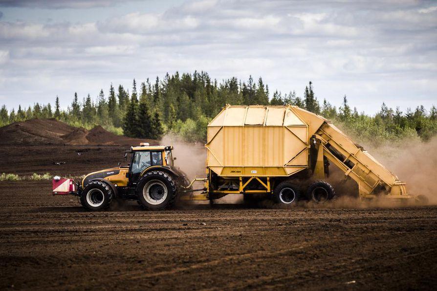 Pelastuslaitoksen mukaan olisi tärkeää valvoa myös niitä soita, joilla turpeen nosto ei ole vielä alkanut. Kuvassa turvetraktori turvetuotannossa Rovaniemellä Hirvaan Ternuvuomassa.