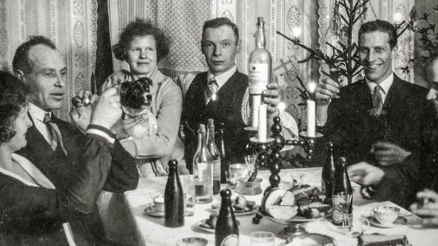 Nuoruusajalta säilyneessä juhlissa otetussa valokuvassa Gretalla on sylissään koira ja Oscar nostaa pulloa.