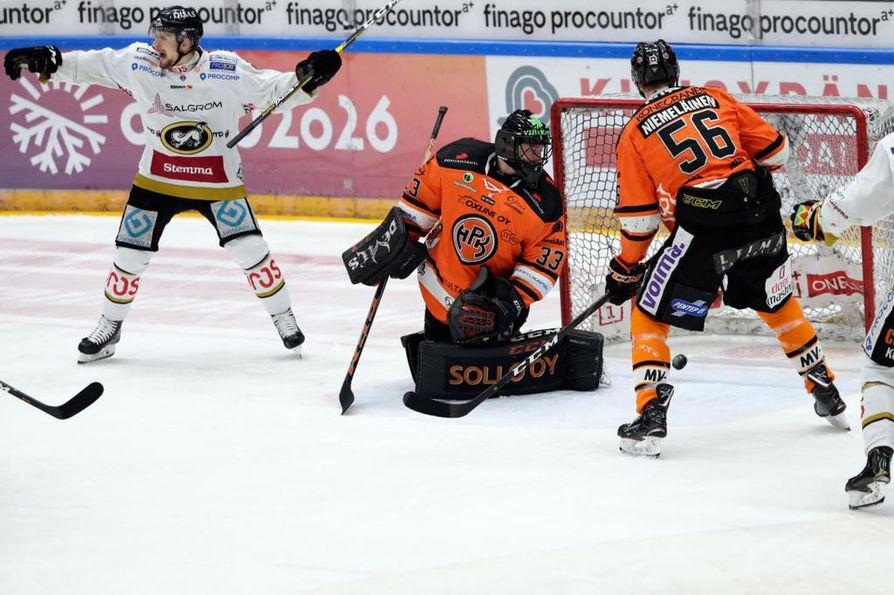 Kärpät otti ensimmäisen kiinnityksen mestaruuteen kaatamalla Hämeenlinna Pallokerhon Raksilassa.