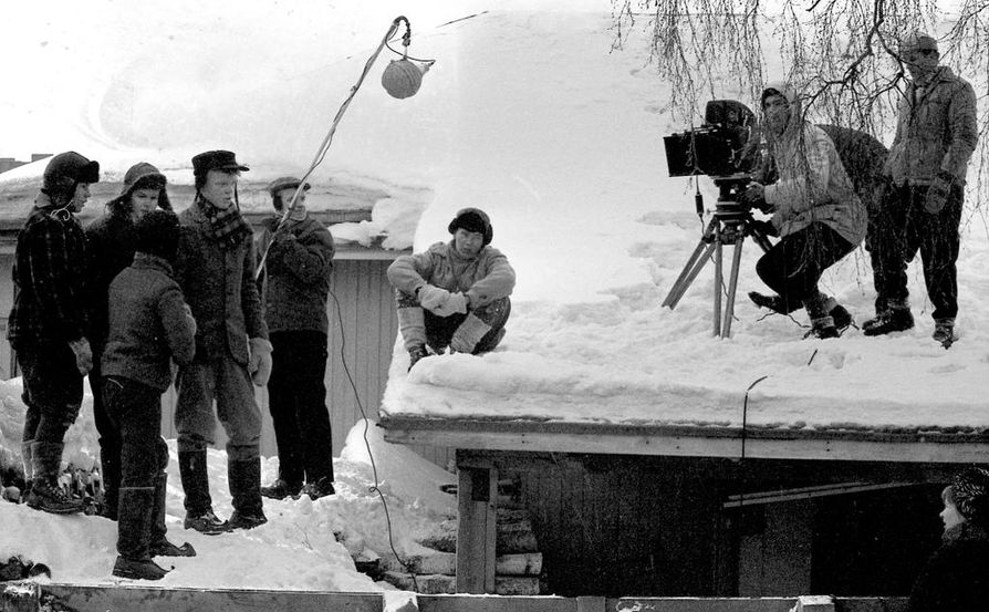 Raksilan pojat kuulemassa ohjaaja Mikko Niskasen (oik.) ohjeita Haikalan perikunnan piharakennuksen katolla Aleksanterinkadulla.