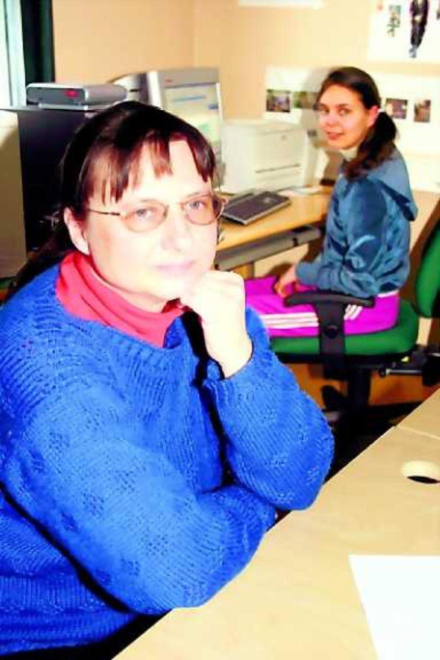 """Mikä paikka? """"Voiko sieltäkin olla"""", kysytään etelässä Inger-Mari Aikio-Arianaickilta (edessä) ja Virva Guttormilta."""