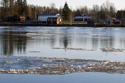 Katso lukijoiden kuvat: Jäälautat huilaavat joella marraskuussa