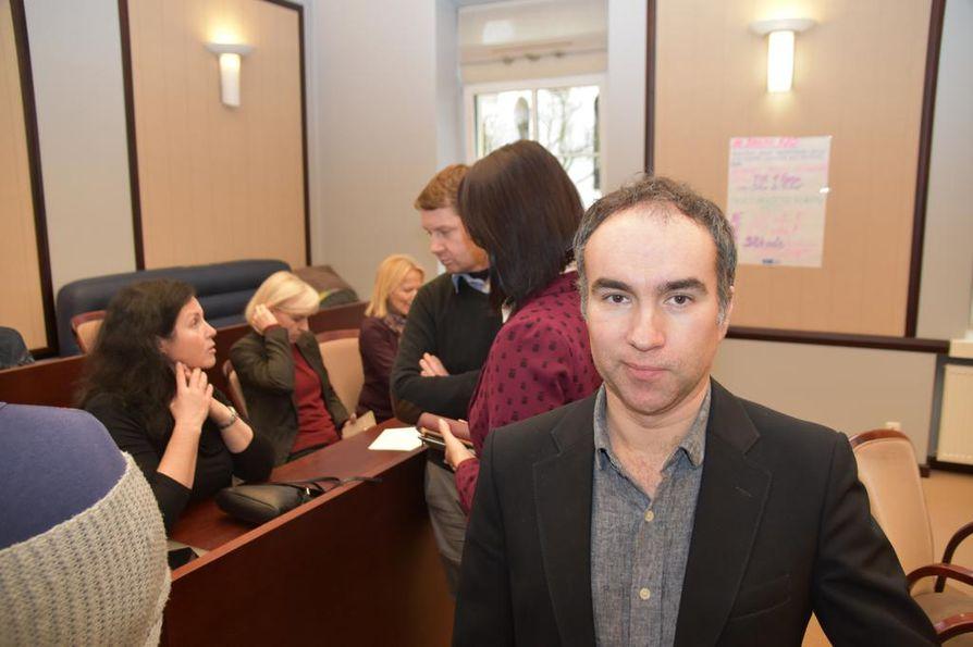 Ministeriön vallatussa neuvotteluhuoneessa asuva Aivaras Dockus opettaa Elektrenain kaupungissa Ažuolynas Progymnasium -koulussa.