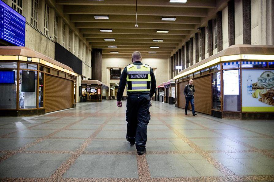 Järjestyksenvalvoja Arto Kärkkäinen sulkee viimeisenkin osa rautatieasemaa aamukahdelta. Hän kertoo, että yleensä halli on paljon helpompi tyhjennettävä kuin esimerkiksi ravintola.
