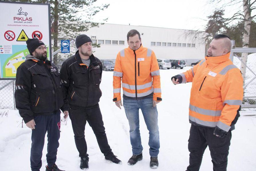 Piklaksen Niko Riihimäki ja Jouni Leiviskä sekä Jukkatalojen Antti Knuutinen ja Jarno Matikainen hioivat perjantaina Piklaksen portilla suunnitelmaa maanantaina alkaviin lakkovahtivuoroihin.