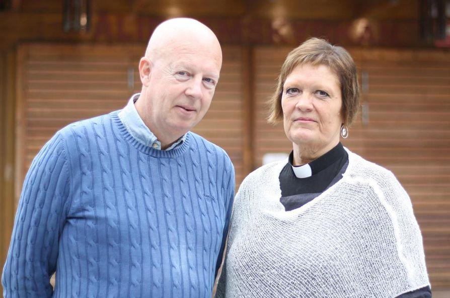Mikael Åströmin ja Ingrid Holmström Pavvalin mukaan surun keskellä puhuminen, hiljentyminen ja kynttilöiden sytyttäminen voivat auttaa.