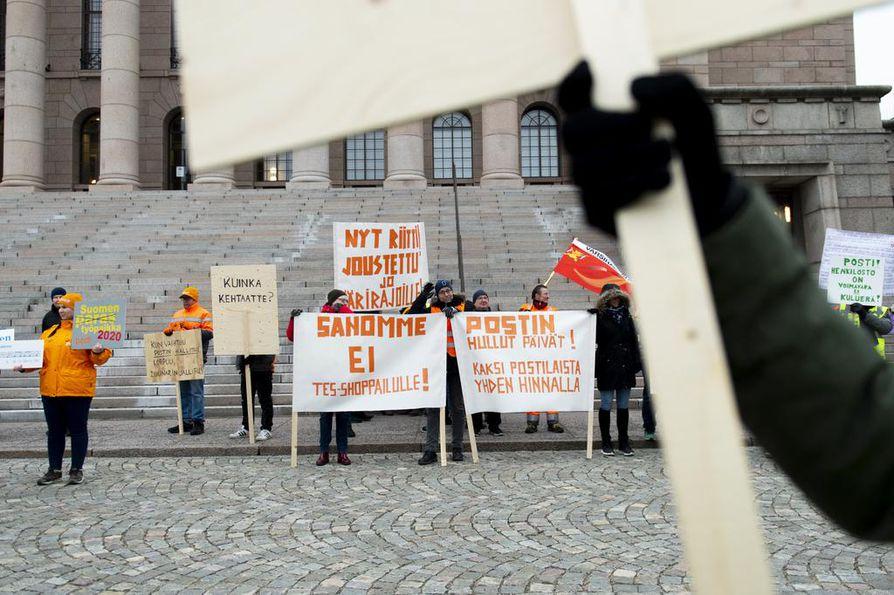 Postilaiset alkoivat kerääntyä työntekijöiden halpuuttamista vastustavaan mielenosoitukseen Eduskuntatalon eteen hieman ennen iltapäiväyhtä torstaina.