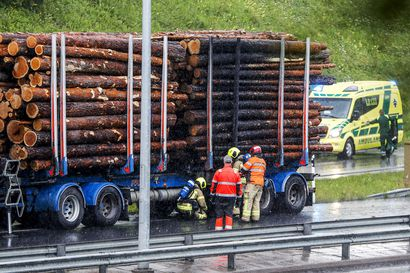 Rekan perävaunu syttyi tuleen Nelostiellä Rovaniemen keskustan kohdalla – etelään menevät kaistat taas avattu liikenteelle