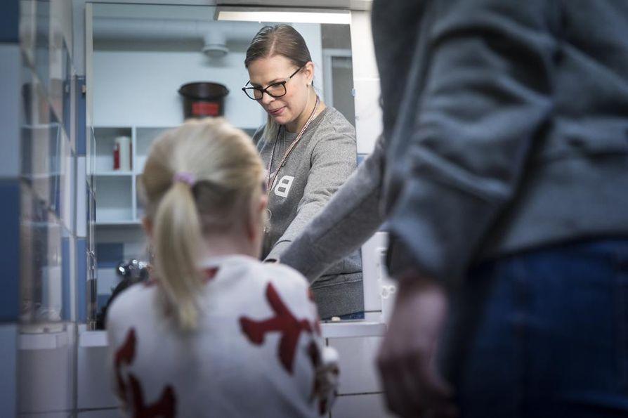 """Veronica Heikkilä painottaa käsienpesun tärkeyttä. """"On tärkeää muistaa pestä kädet heti, kun lapsi tulee hoitoon. Sama tulee toistaa, kun lapsi palaa kotiin""""."""
