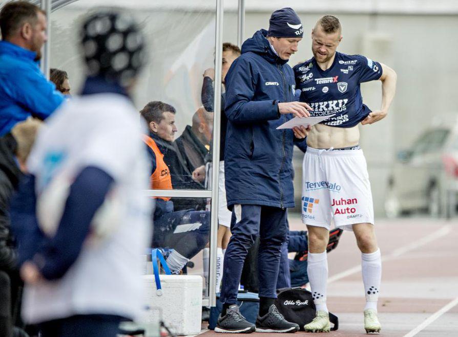 AC Oulun Juho Mäkelä (oik.) sai apuvalmentaja Marko Kurikalta viimeiset ohjeet ennen menoaan kentälle.