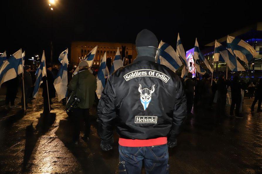 Soldiers of Odin -liikkeen mielenosoittajia on liikkeellä Helsingissä useita satoja.