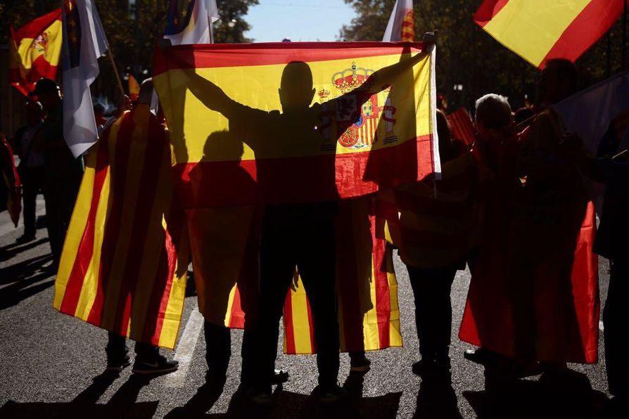 Tuhannet osoittivat mieltä sunnuntaina Espanjan yhtenäisyyden puolesta Barcelonassa.