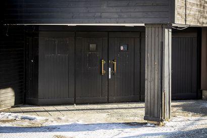 Tämän oven takana moni rovaniemeläinen on viettänyt iloista iltaa – pian Kansankadun rakennus puretaan: lue railakkaat ravintolamuistot ja katso, miltä tuleva talo näyttää
