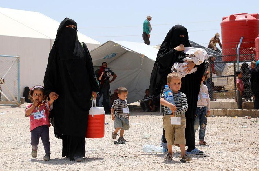 Lapset ja naiset liikkuivat al-Holin leirillä Syyriassa viime kesäkuussa. Arkistokuva.