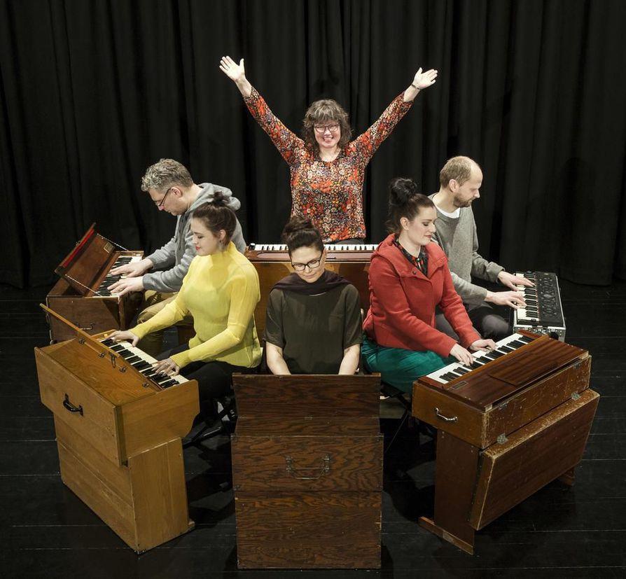 Marja-Liisa Orgelsuite -teoksessa esiintyvät Harald Lind-Hanssen (vas.), Leija Lautamaja, Kristina Bergström, Milla Viljamaa, Janne Strömstedt sekä Mariann Torset (takana).
