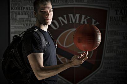 """Ilmari Kallio viimeistelee kauppatieteiden opintojaan ja pelaa koripalloa Oulu Basketballissa – """"Jos ei ole koskaan osannut heittää, ei tarvitse pelätä, että tuntuma olisi kateissa"""""""