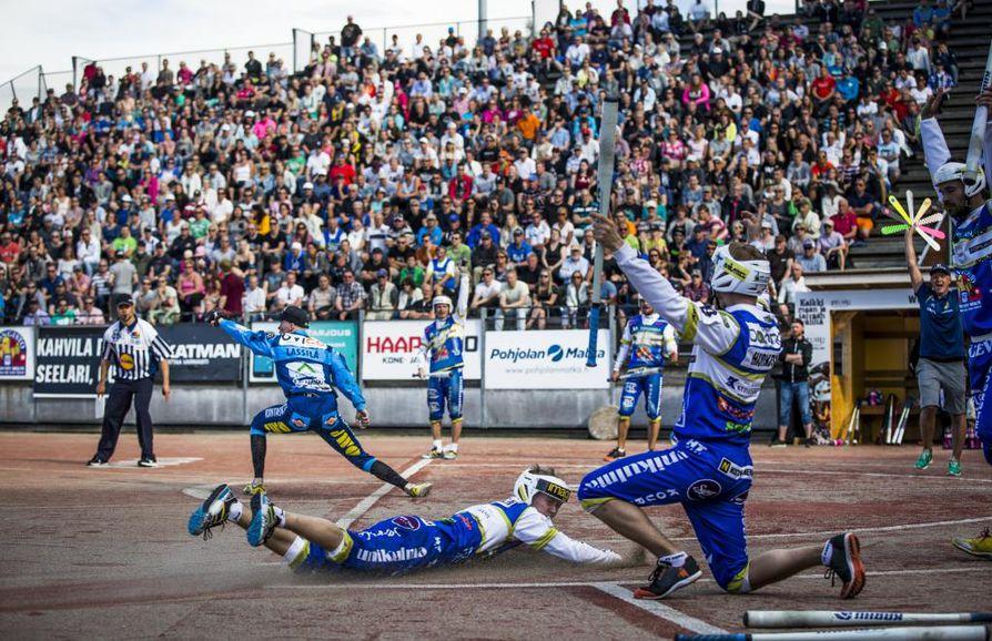 Oulun Lipon ja Kempeleen Kirin väliset paikalliskamppailut miesten Superpesiksessä vetivät yleisöä katsomoon kesällä 2016.