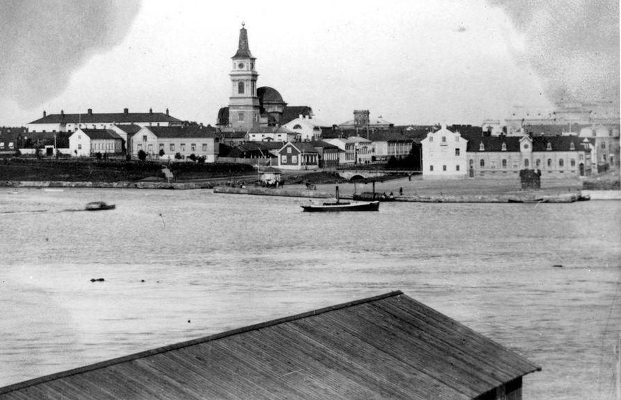 Oulu on ollut meriportti pohjoisen suuntaan. Kuva kauppatorin ja Tuomiokirkon suuntaan Pokkitörmälle 1800- ja 1900-lukujen taitteesta.